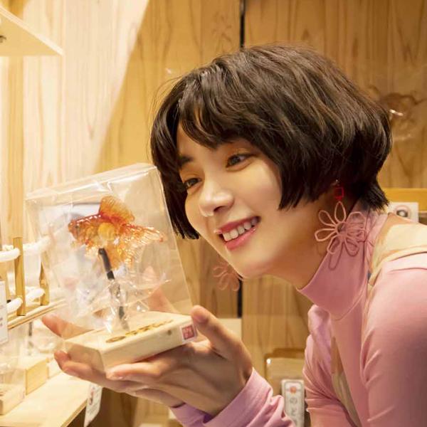 素手とハサミ1本で生み出される甘い芸術―池田エライザと訪れる、浅草 飴細工「アメシン」