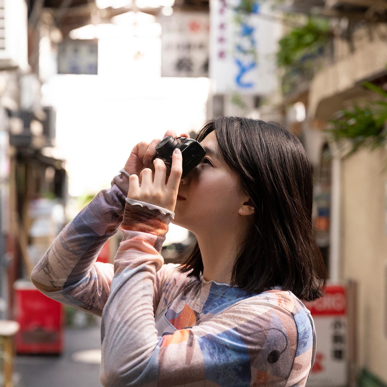 「馴染みはないけど懐かしい」三村朱里が切り撮る、レトロカワイイ商店街@谷中銀座